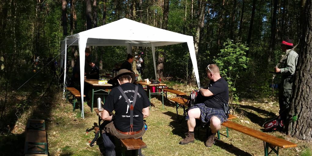bogensportblog-de-bowhunter-jamboree-2016-strelitzer-feldbogensportgilde-verpflegungsstand-dreipfeil-hunterrunde